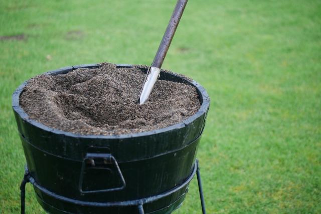 芝生のデコボコ・はがれには目土入れを