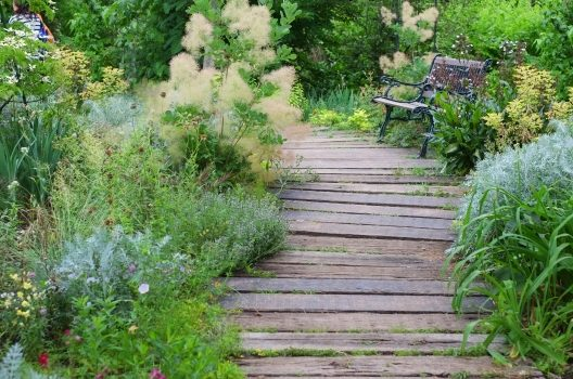 枕木で庭がオシャレに大変身!材質から見る枕木の特徴とDIYのコツ