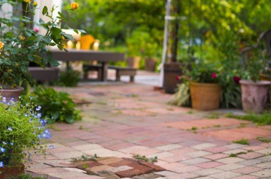 庭のタイル・レンガの敷き方|必要な道具&具体的な作業手順と注意点