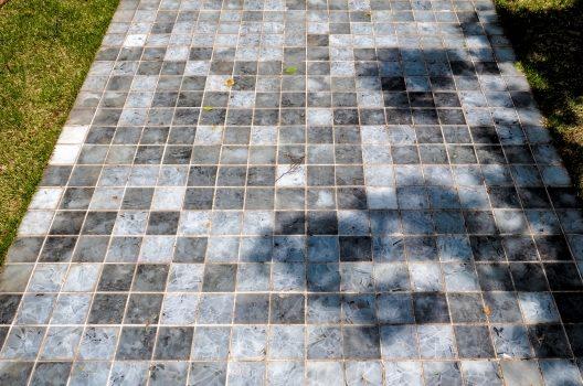 【方法1】庭にタイルを敷く