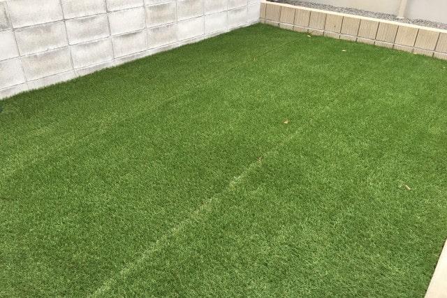 人工芝を敷く